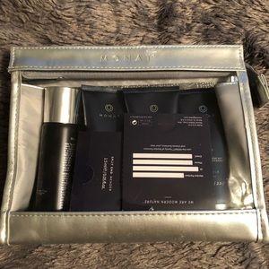 Monat travel kit